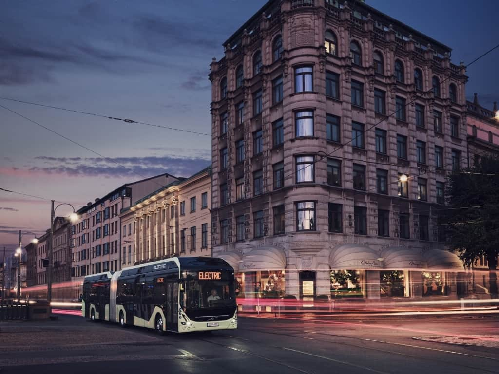 7900 Electric Articulated 2019 Bus in traffic Brogyllen Night